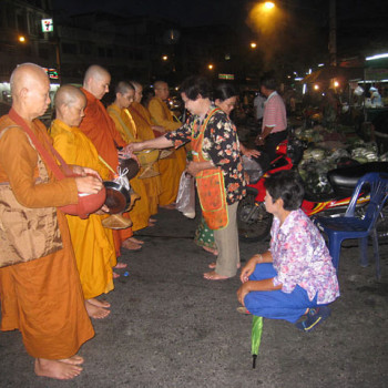 Almsround with bhikkhunis at Rayong Market in the early morning.